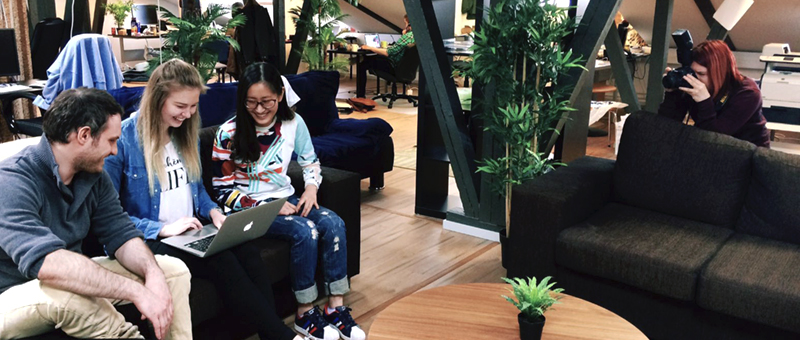Liana Technologies結合了專業攝影師和營銷團隊的技能,此外,公司人員一直積極參與社交媒體內容創作,例如大量的Instagram圖片和視頻是#lianacrew 的日常生活記錄。圖中是Veera在芬蘭Oulu的辦公室拍攝Yini,Taru和Nicolas。